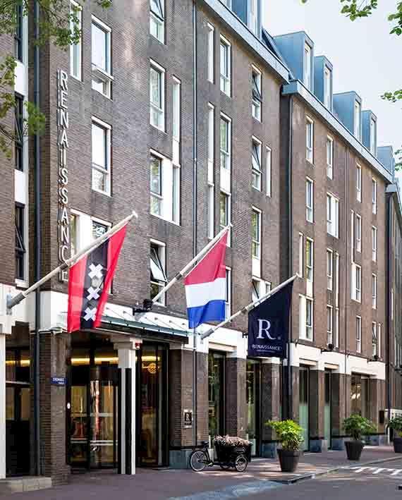Gunstig gelegen, op slechts drie minuten lopen van zowel Amsterdam Centraal Station en de beroemde gracht de Singel en Negen Straatjes.