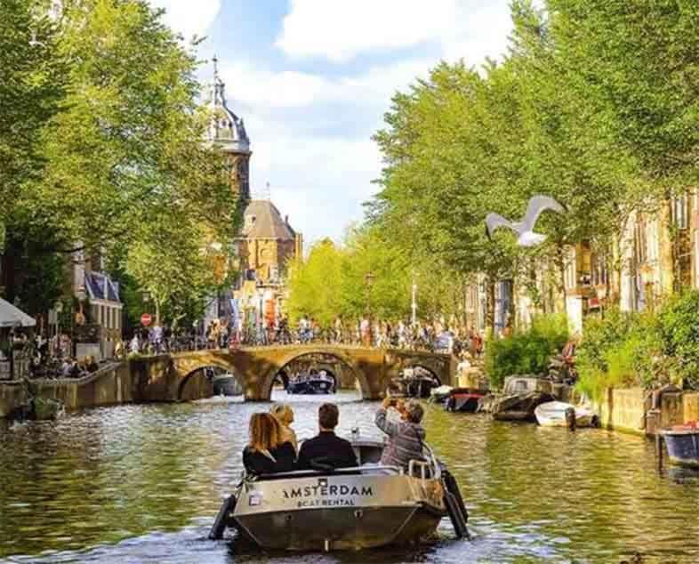Vaar door de kanalen van Amsterdam terwijl uw auto veilig in ons on-site pakeergarage staat.